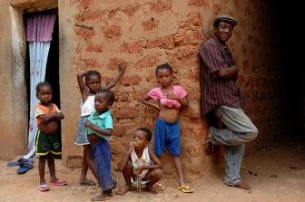 Victor Démé dans son jardon au Burkina